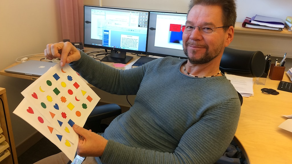 Forskaren Sakkari Kallio på Högskolan i Skövde visar material han använder i sin forskning om hypnos.