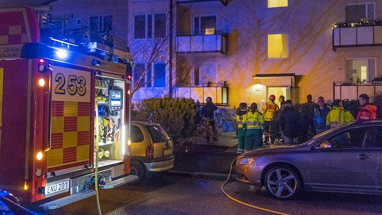 Räddningstjänsten lyckas släcka elden innan den spred sig från lägenheten.