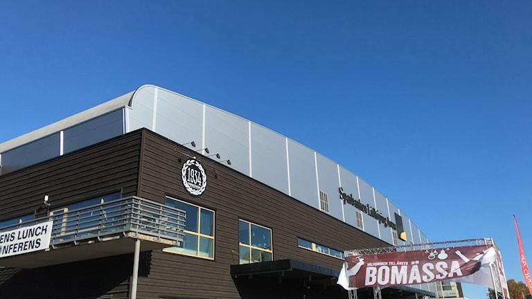 En brun arena med en skylt där det står Bomässan.