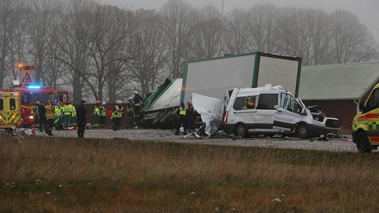 En olycka med en lastbil och en större personbil