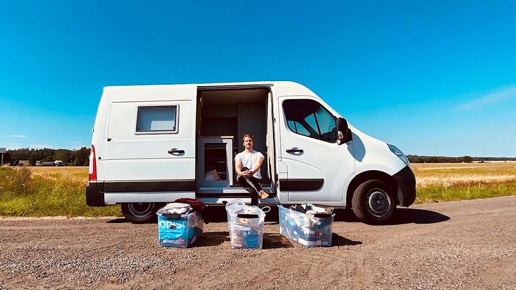 Andreas Ahoniemi bor i en ombyggd skåpbil
