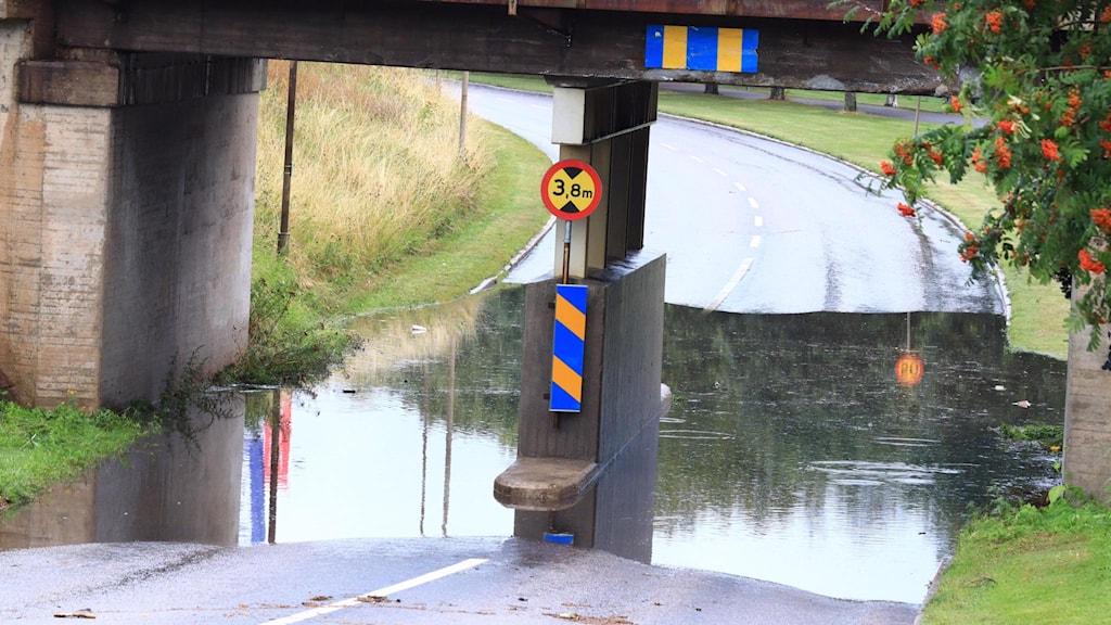 Mycket vatten i en viadukt.