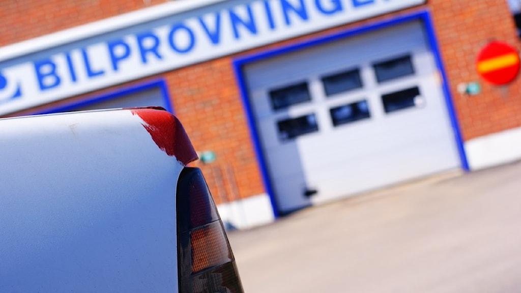 En bil står utanför bilprovningen. Foto: Jan Soj/SR Skaraborg.