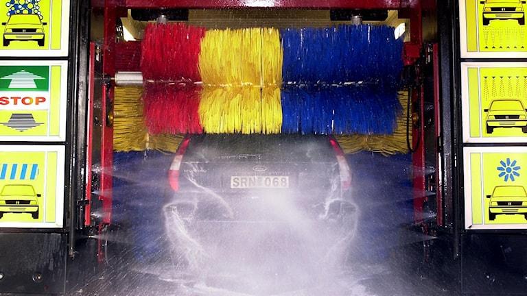 Automatisk biltvätt. Röd, blå gul, borstar. Foto: Björn Larsson/Scanpix.