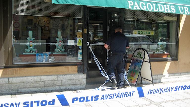 Polis undersöker den avspärrade butiken. Foto: Madelene Engstrand Andersson
