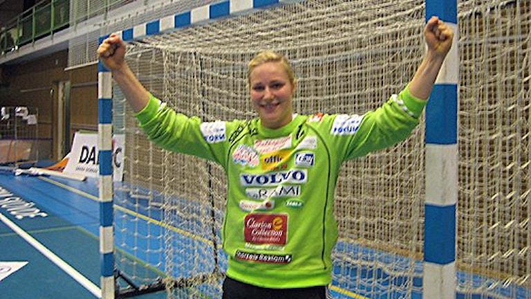 Lisa Karlsson höjer armarna i en målgest. Foto: Tommy Järlström/SR Skaraborg