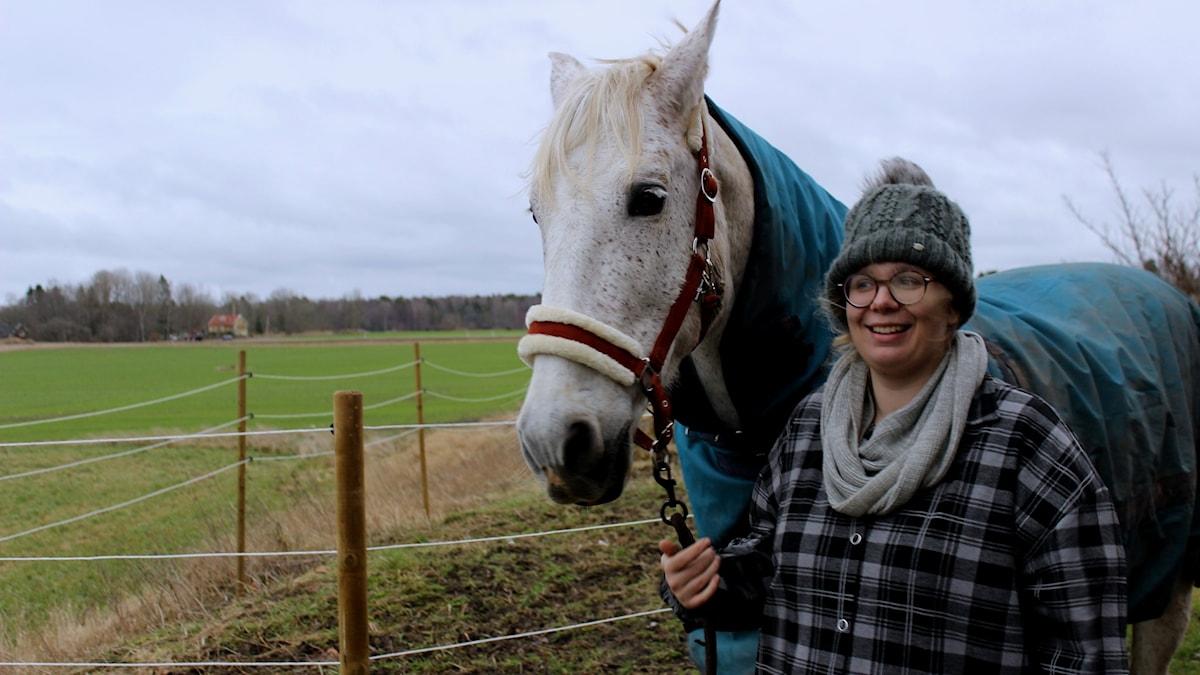 Amanda Ahlin med sin vita häst.