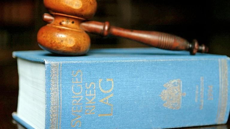 En svensk lagbok och en domarklubba. Foto: Henrik Montgomery/Scanpix