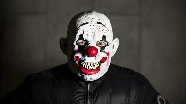 Man i clownmask.