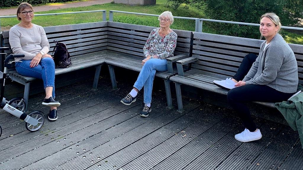 Tre kvinnor från tre generationer sitter utanför ett äldreboende i Skövde.