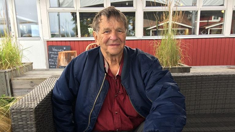 Arnold Sundqvist är på snabbvisit hos sonen i Karlsborg.