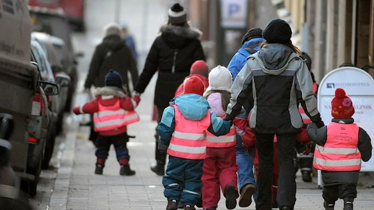 En förskolegrupp på promenad, barnen bär reflexvästar. Foto: Leif R Jansson/Scanpix