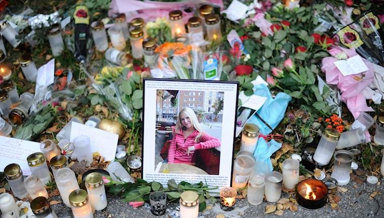 Blommor och minnessaker på platsen där Elin Krantz mördades.