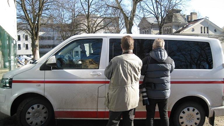 Bilen med den åtalade mannen kör in i tingsrättens lokaler. Foto: Sten Lillieström/P4 Skaraborg Sveriges Radio.