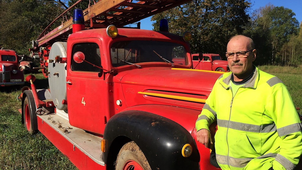 Inger Nord står vid en av de 17 veteranbilar som han nu sks sälja.