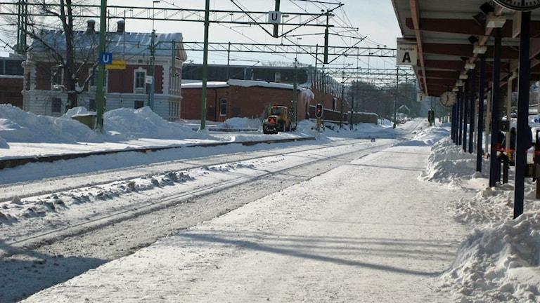 Snötäckt perrong utanför tågstationen i Skövde. Foto: Amalia Djurberg/P4 Skaraborg Sveriges Radio