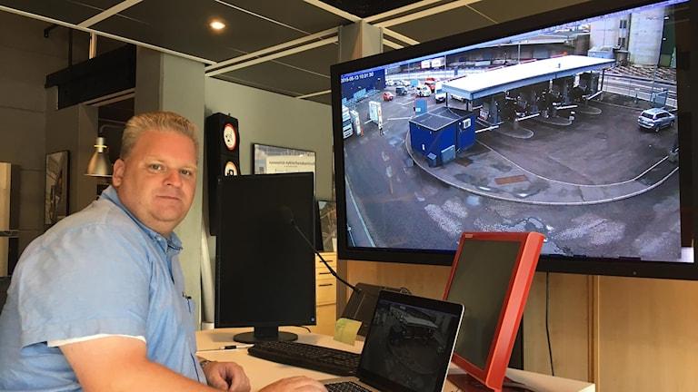 Tomas Jonsson, vd. På skärmen ett testprojekt med alkobommar i frihamnen i Stockholm.