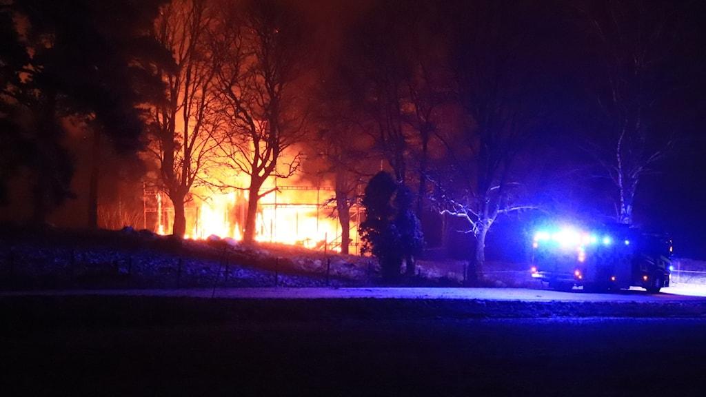 hus brinner. räddningstjänst på plats