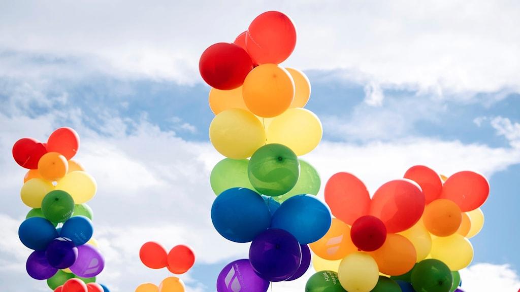 Färgglada ballonger i himlen