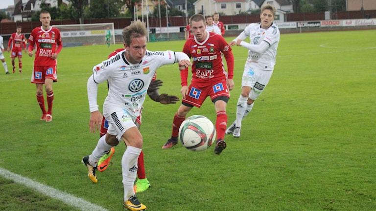 Rejäl kamp om bollen mellan Skövde AIK och GAIS. Foto Tommy Järlström P4 Sveriges Radio.