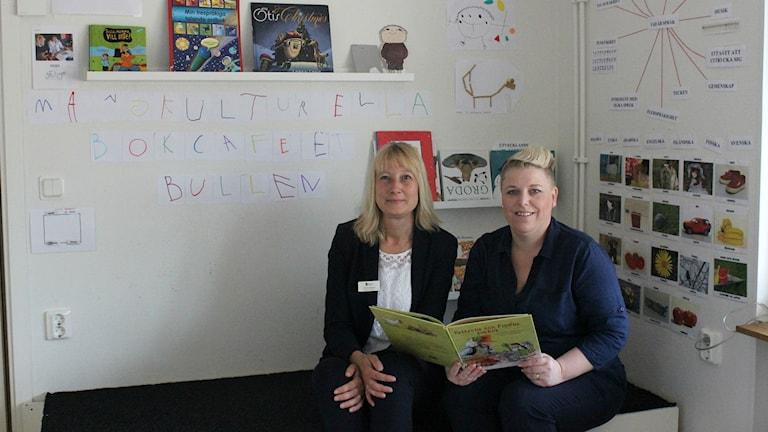 Förskolechefen Susanne Rydberg och förskolläraren Anna Hägg på Hammarns förskola i Hjo i det mångkulturella bokcaféet som har skapats på en av förskolans avdelningar.