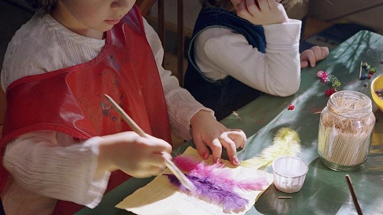 Barn på förskola klipper, klistrar och pysslar. Foto: Erik G Svensson/Scanpix