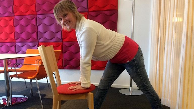 Tina Froh visar lite rörelser med en stol