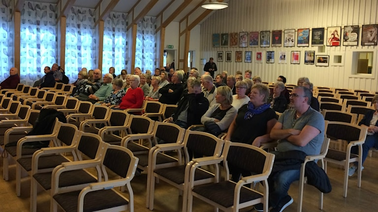 Nossebrobor hade samlats för att träffa representanten från Postnord. Foto: Kristoffer Hilmersson P4 Skaraborg Sveriges Radio