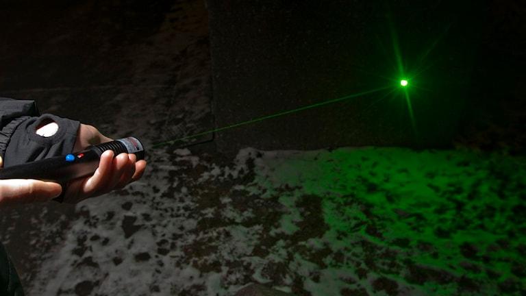En person håller en laserpekare. Foto: Terje Bendiksby/Scanpix