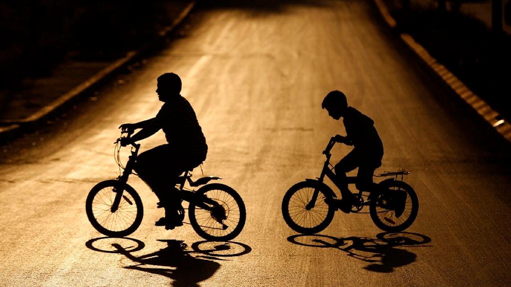 Två cyklande barn. Foto: Scanpix