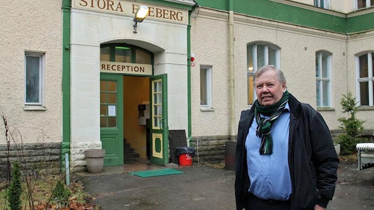 Bert Karlsson framför Stora Ekeberg. Foto: Cristian Ölund/P4 Skaraborg Sveriges Radio