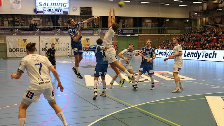 IFK:s Jack Thurin når oftast högst, så även mot Aranäs. Fotograf: Marcus Johannesson/Sveriges Radio