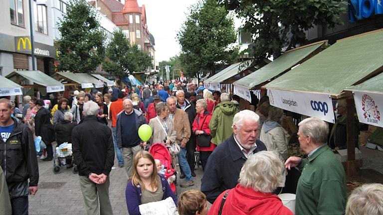 """Vimmel från """"Saluhallen"""" där lokala matproducenter visar upp sig och såljer produkter under Matfestivalen i Skövde 2010. Foto: Jens Prytz / P4 Skaraborg Sveriges Radio"""