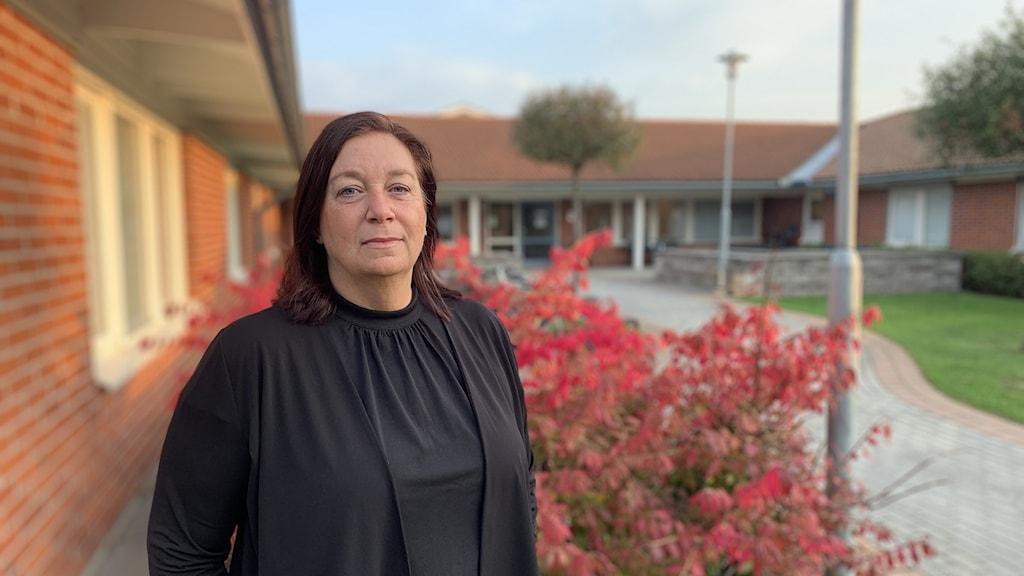 Törebodas äldreomsorgschef Ann-Sofie Eklund Karlsson utanför Björkängens äldreboende.