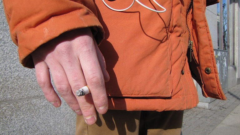 Man håller i en cigarett. Foto: Rebecca Sutton/P4 Skaraborg Sveriges Radio.