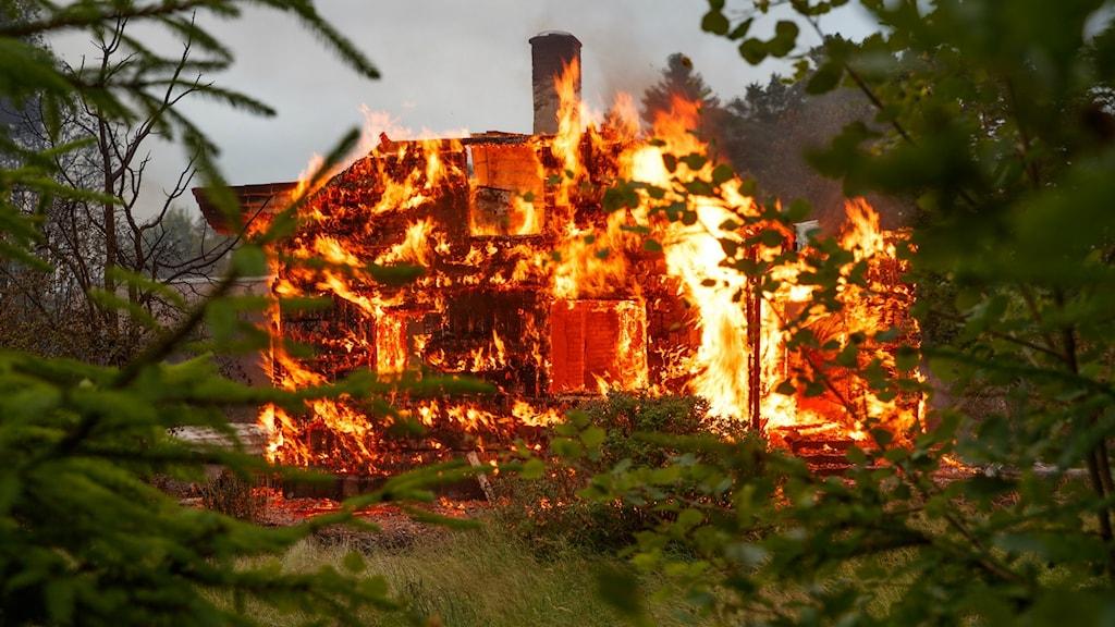 Trävillan var helt övertänd när Räddningstjänsten kom till platsen.