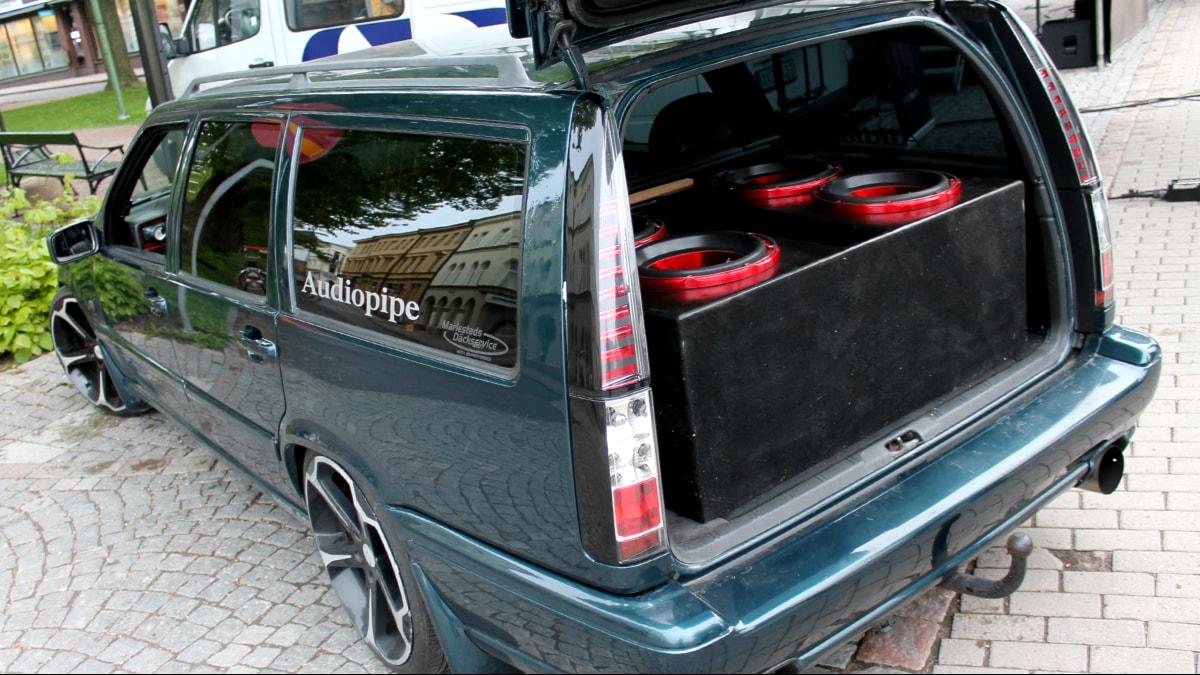 Oskar Rising har fått låna kompisens bil för att kunna lasta in den bilstereoanläggning han tänker tävla med. Foto: Erik Grönlund / P4 Skaraborg Sveriges Radio