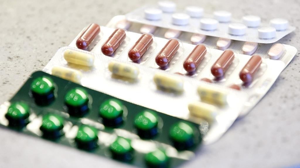 Kartor med olika piller i olika färger.