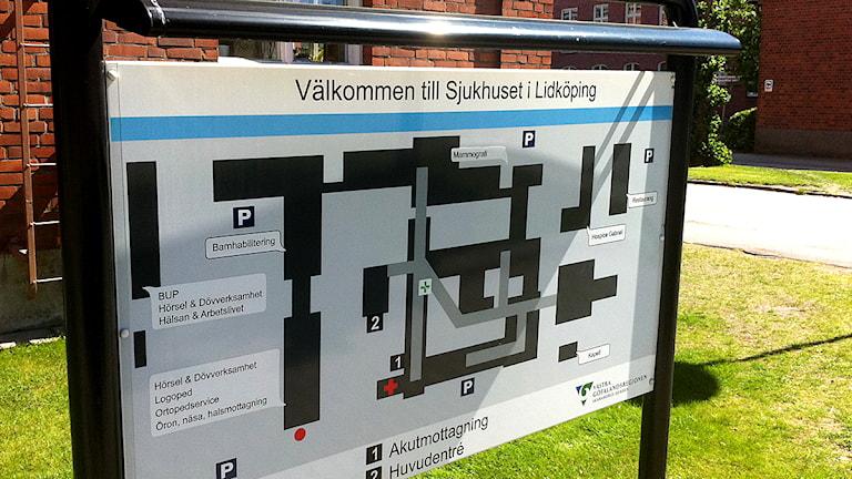 Informationstavla utanför sjukhuset i Lidköping. Foto: Jens Prytz/P4 Skaraborg Sveriges Radio