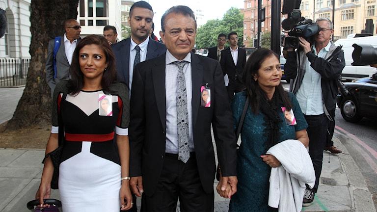 Anni Hindochas familj (fr.v) Ami Denborg, Anish Hindocha, Vinod Hindocha och Nilam Hindocha på plats vid Westminster Magistrates Court i London. Foto: Scanpix / Scanpix