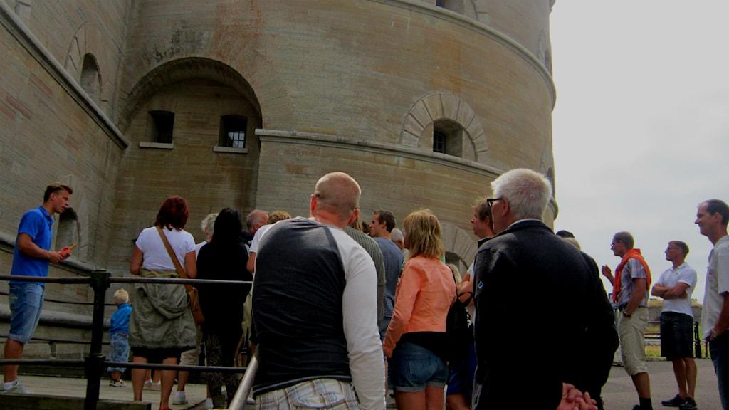 Oskar Daggberg guidar turisterna inne i Karlsborgs fästning