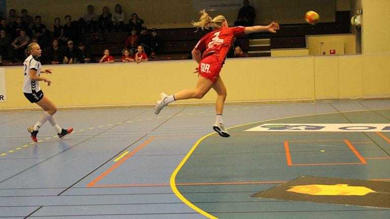 Julia Ehn Skövde HF kontrar in ett av sina fyra mål. Foto Tommy Järlström P4 Sveriges Radio.