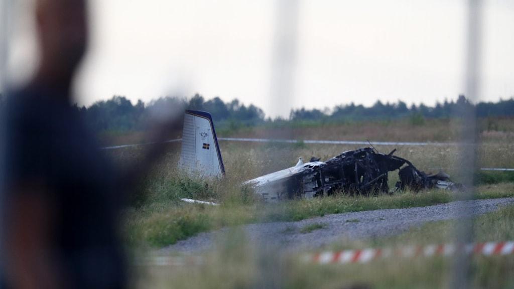 Flygplanet som kraschade vid Örebro flygplats. Hälften av de synliga delarna av planet är svarta och väldigt trasiga.