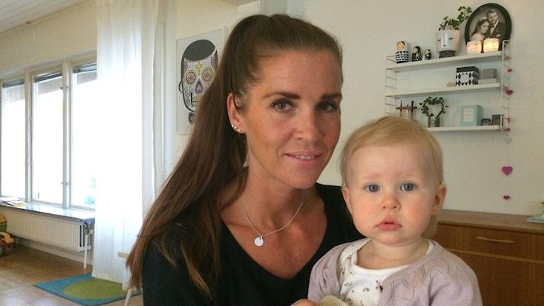 Sofia Jälevik med sin 14 månaders dotter Minoo.