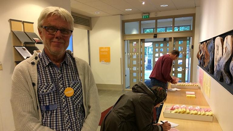 Full aktivitet i vallokalen i Kyrkans hus, vilket glädjer Sven-Arne Floryd, ordförande i valnämnden i Skövde.