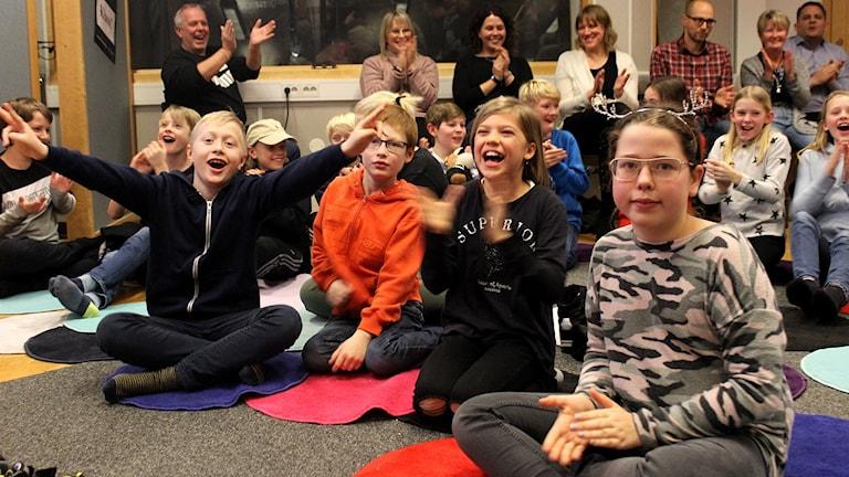 Broholmsskolans elever applåderar