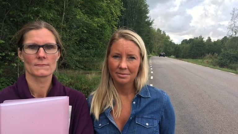 Jessica van den Berg och Julia Färén står bredvid en väg.
