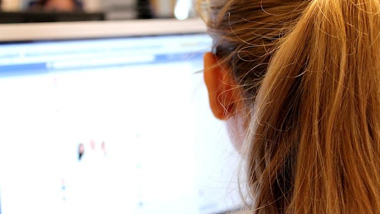 Kvinna tittar på facebook på dator. Foto: Marie Schnell / P4 Skaraborg Sveriges Radio