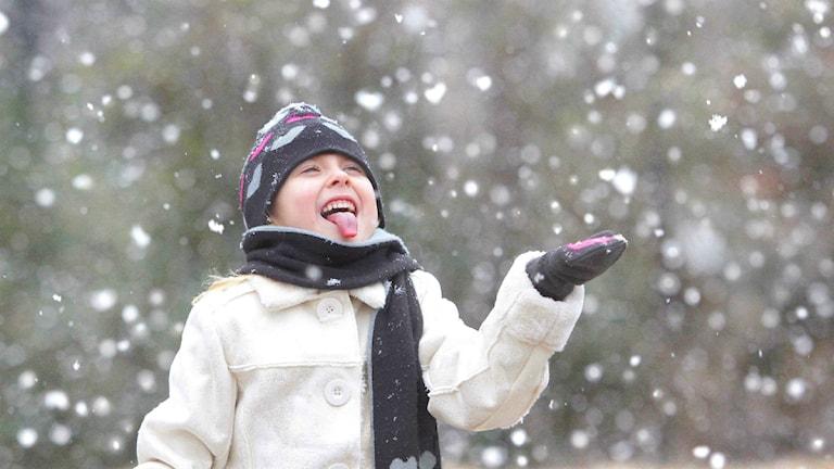 flicka i snöfall