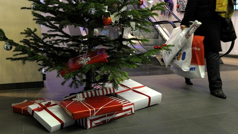 Mellan tusen och femtusen kronor lägger skaraborgare på julklappar. Foto: Janerik Henriksson/TT